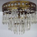 Kronleuchter aus England, Messing mit Kristallbehang, 3 Birnen. Zu montieren direkt an die Decke. Durchmesser 30 cm, Tiefe 25 cm. Preis: €490