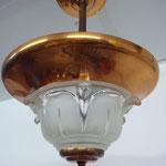 Frankreich, 30er Jahre, Laliquesque. Verkupfertes Metall mit Pressglaskuppel. 1 Birne. Preis:€330