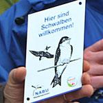 """Plakette für schwalbenfreundliche Häuser: """"Hier sind Schwalben willkommen!"""" (Foto: NABU/ S. Schiedewitz)"""