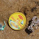 Schade, dass wir auch solche Spuren im Sand hinterlassen. Das Meer spült unerbittlich alles an...