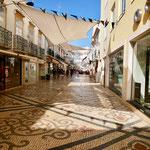Einkaufsstrasse mit Sonnensegeln