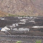 Von Lava verschüttete Häuser