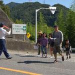 キャンプ場を出てすぐに国道横断には、地元の駐在さんが協力