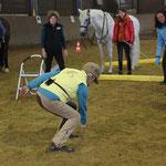 Die 77-jährige Linda zeigt vor, wie Beweglichkeit am Pferd aussehen sollte ...