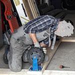 Montage der Rollen auf Holzbohlen