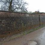 Oude muur rondom het terrein