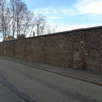 muur rondom het voormalige mijnterrein