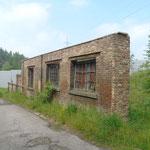 gerestaureerd muurtje nabij de voormalige ingang van de mijn