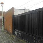 De tombe van schacht 2 ligt net achter deze poort.