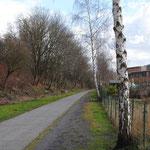 Oude spoorweg met aan de rechterkant de nog bestaande mijngebouwen
