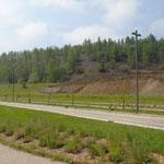 Een nieuwe weg doorkruist het oude mijnterrein.