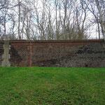 Eén van de vele muren rondom het terrein