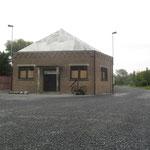 gebouw aan de ingang van het terrein