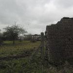 Een oude muur bleef overeind.