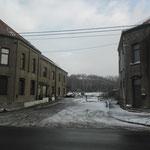 logementshuizen (links en rechts op de foto)