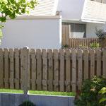 Doppelseitiger Lattenzaun, also auch eine Freude für die Nachbarn