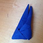 Die eine Hälfte in das kleinen Dreieck gegenüber schieben, bis die Figur Hälfte auf Hälfte liegt