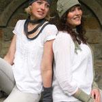 """Die Models tragen Schal """"Florine"""" in Baumwolle Viscose blau anthrazit, schlammgrün  (v. l. n. r.)"""
