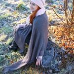 """Das Model trägt Tuch """"Thea"""" groß in Mohair Seide braungrau"""