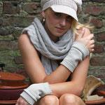 """Das Model trägt Stulpen """"Carina"""" in Merinowolle nude"""