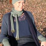 """Das Model trägt Schal """"Florine"""" in Merinowolle schlammgrün"""