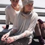 """Die Models tragen Stirnband """"Jana"""" in Merinowolle aubergine, nude  (v. l. n. r)"""