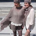 "Das Model (links) trägt Tuch ""Thea"" groß in Mohair Seide rosenholz"