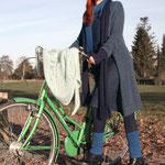 """Das Model trägt Mantel """"Ruth"""" in Mohair Seide petrol"""