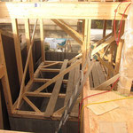 スキップでできた高基礎の床下空間は収納になります。