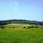 Rothaarsteig: Blick über die Felder auf Ferndorf (mit den Windmühlen, die ich vom Rhein-Weser-Turm sehen konnte