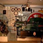 """"""" Elektrizithäts- Centrale"""" Ein Herford-Motor treibt einen Generator von 1910 an."""