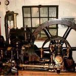 DEUTZ MIH 332 24 Ps, Baujahr 1932. Das Schwungrad hat einen Durchmesser von 150 cm.