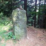 ein Kilometerstein des Wanderweges Rothaarsteig