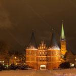 2013-03-10 Lübeck - Holstentor Nachtaufnahme -Jahreszusammenfassung 2013 Bild 13 (PS CS6)
