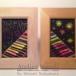 左「雨の夜にはピアノを弾いて」右「星の晩にもピアノを弾いて」飛尽・ナカムラヒトミ2人展「はじまりの風景」出展 木製フォトフレームにアクリルガッシュ 2016年8月【個人蔵】