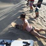 Auf dem Bauch kann jeder sandboarden. Nur ein paar wenige haben versucht, auf den Brettern stehend die Dünen hinunterzugleiten. Wir gehörten nicht dazu ;-)
