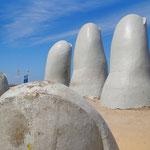 Das einzige Wahrzeichen, was Punta del Este zu bieten hat: Die Finger, die aus dem Sand ragen