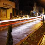 Rue de la Libération - Montbrison, trainée de phares.