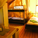 Links Hochbett, rechts Doppelbett, durch eine große Stoffwand optisch trennbar © Naturcamping Zwei Seen am Plauer See/MV