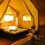 Links Hochbett, rechts Doppelbett, optional durch Stoffwände optisch trennbar © Naturcamping Zwei Seen am Plauer See/MV