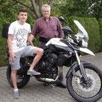 09.05.2014: Siegfried Meier aus Lörrach mit Sohn Maxi und seiner neuen TRIUMPH Tiger 800 XC