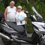 03.06.2014: Rudolf Trachsel glücklich mit seiner Frau und seinem neuen KYMCO Grand Dink 125i