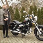 20.01.2014: Barbara Hiltner ( www.fahrschule-hiltner.de ) mit ihrem neuen KYMCO Zing II 125