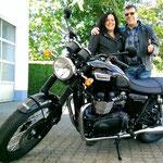 17.05.2014: Petra und Roland Mölder aus Gottenheim mit ihrer Bonneville T100 black edition