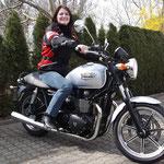 März 2014: Sonja Rogg aus Weil am Rhein mit ihrer neuen TRIUMPH Bonneville