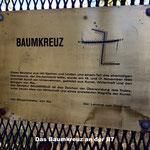 Das Baumkreuz, die Bundesstraße 7 quert dieses Kunstmonument.