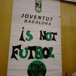 ジュベントゥの横断幕 「バダロナはサッカーの街じゃない!」