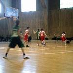 試合の後半に次の年代の子が登場。ゴール下に座っているのが15~16歳クラブチーム。