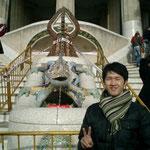 公園のシンボルトカゲと記念撮影。多くの日本人観光客がいました。