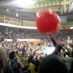 ハーフタイムには大きなボールが飛んできます。将太コーチもパンチできました。